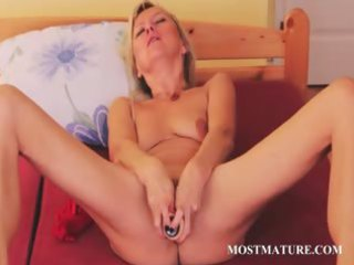 cougar sweetie filling her vagina with a huge